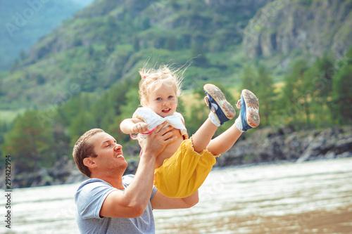 dad picks up the child Tapéta, Fotótapéta