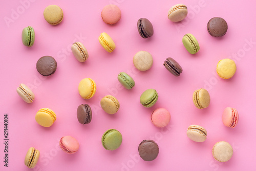Photographie flat lay of colorful unstable french macaroon cookies like background, dessert c