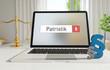Patristik – Laptop Monitor im Büro mit Begriff im Suchfeld. Paragraf und Waage. Recht, Gesetz, Anwalt.