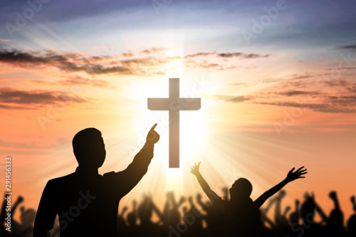 Photo  Silhouette of people looking at Christian cross