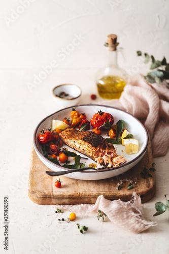 Saumon Grillé aux Epices Cajun et Tomates Rôties