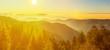 atemberaubendes Panorama von nebliger Abendstimmung einer herbstlichen Landschaft im Schwarzwald