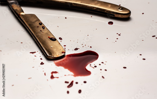 Foto Dangerous razor bloodied on a light background