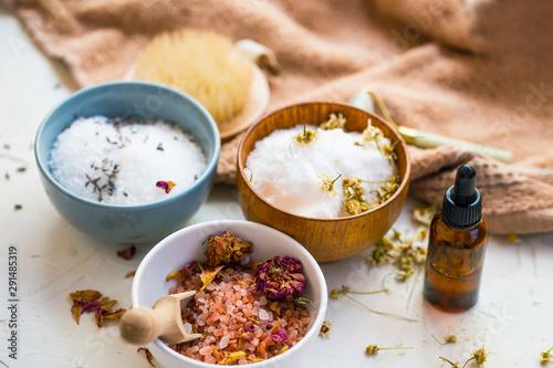 Fotografia Spa still life with terapeutic bath salts