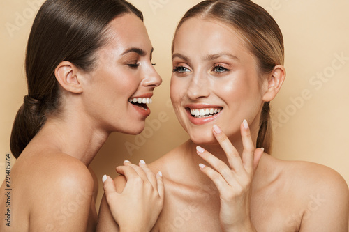 Fotografia, Obraz Optimistic beautiful blonde and brunette women talking with each other