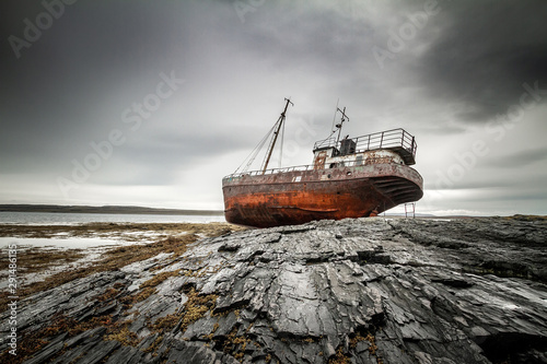 Türaufkleber Schiff Abandoned ship on the coast of the Arctic Ocean.