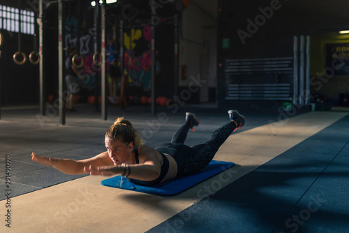 Photo A blonde woman doing exercises at a gym