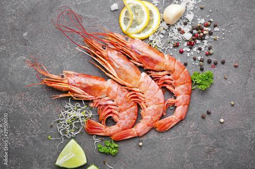 Fotografía Tasty shrimps with spices on grey background