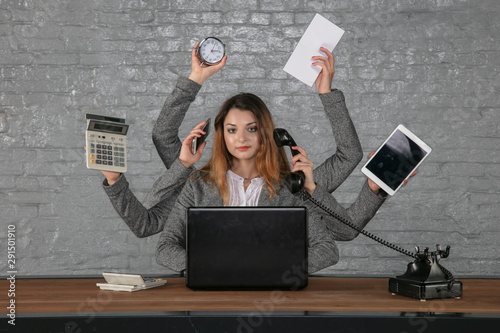 Photo young business woman is irreplaceable in her position