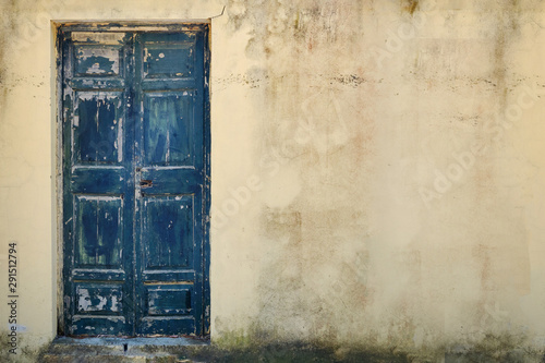 Cuadros en Lienzo  Old wooden door in cracked stone wall, copy space