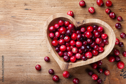 Photo sur Toile Amsterdam Cranberry in wooden bowl on rustic table top view.