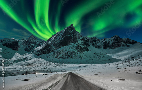 Fotomural Northern lights over winter landscape