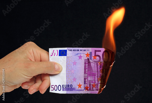 Fototapeta Billet euros brûlé en feu avec flammes argent gâché