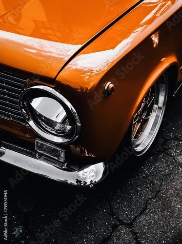 pomarańczowy stary klasyczny samochód vintage