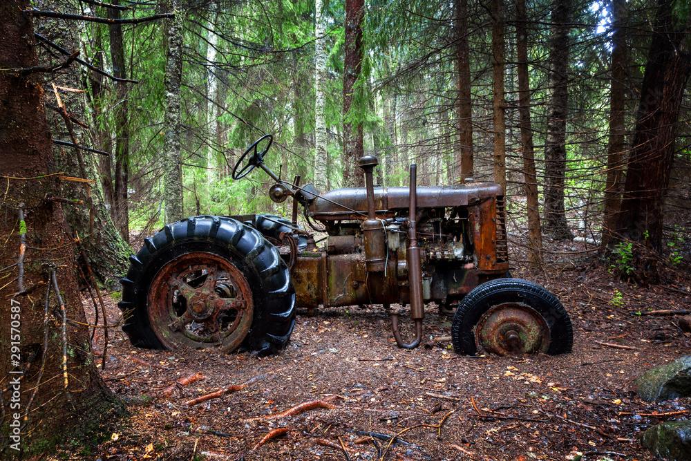 Fototapeta Alter Traktor im Wald