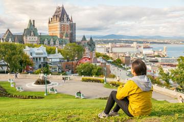 Kanada putuje u grad Quebec, turistički grad, uživajući u pogledu na dvorac Chateau Frontenac i rijeku St. Lawrence u pozadini. Jesen putujući odmor ljudi stil života.