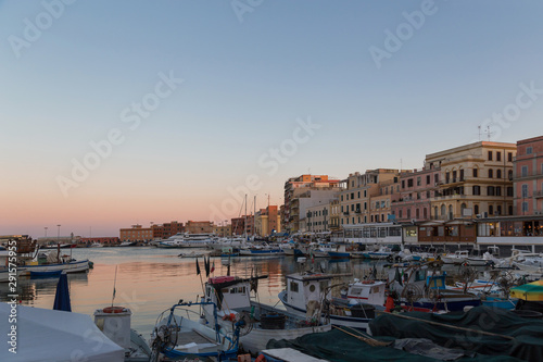 Photo Small picturesque city port at sunset