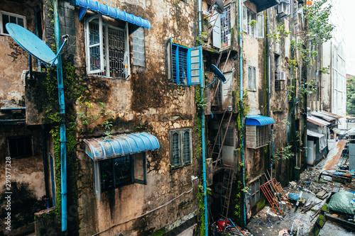 Fotomural  dirty facades of downton rangoon