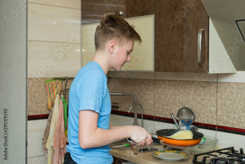 Photo Cute emotions teenage boy tossing pancakes as he shows off
