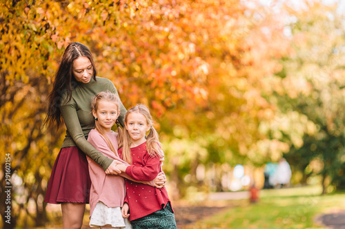 Fotografía  Little girl with mom outdoors in park at autumn day