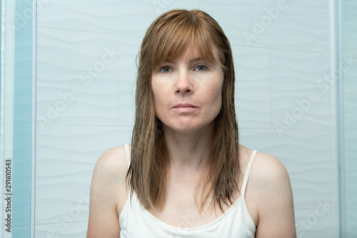 Photographie  Caucasian woman with no makeup in bathroom