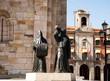 estatua de pregoneros en la plaza mayor de zamora