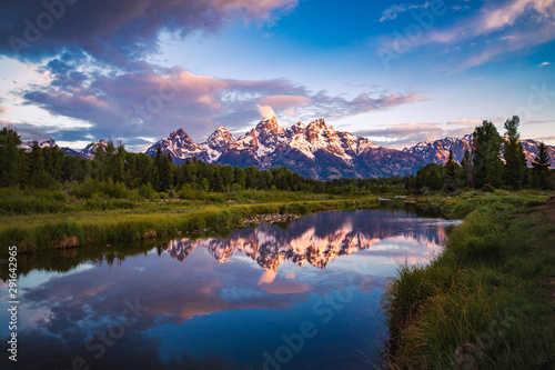 Fotografia, Obraz Sunrise view of Teton Range reflecting in calm Snake River in Grand Teton Nation