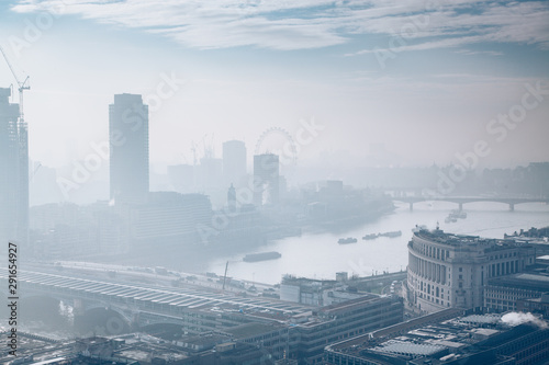 Photo  rooftop view over London on a foggy day from St Paul's cathedral, UK