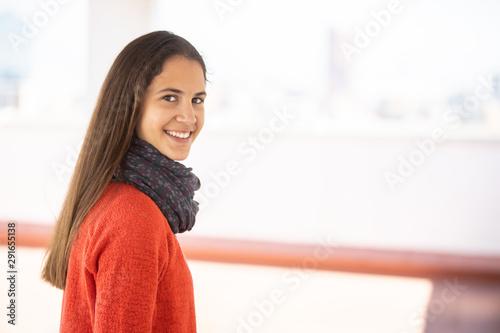 Chica adolescente feliz en la azotea mirando a la cámara Wallpaper Mural
