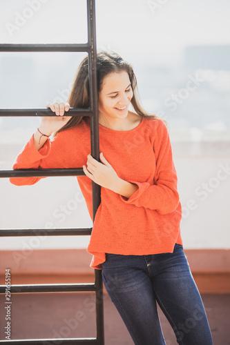 Chica adolescente pensativa en la azotea apoyada en una escalerilla Canvas Print