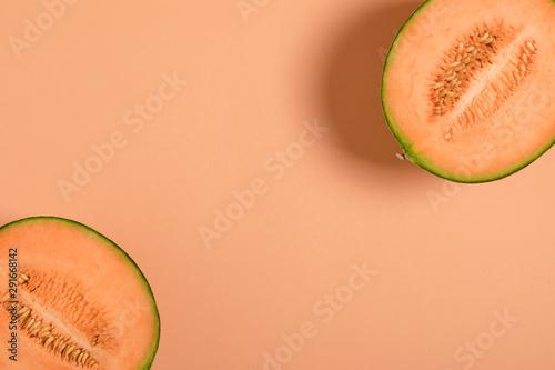 Fotografia Melon half on orange background