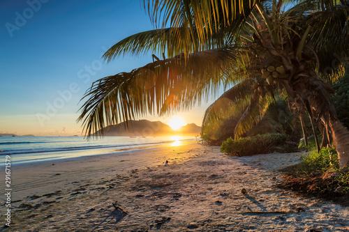 Marron chocolat Sunrise over the ocean in Praslin, Seychelles