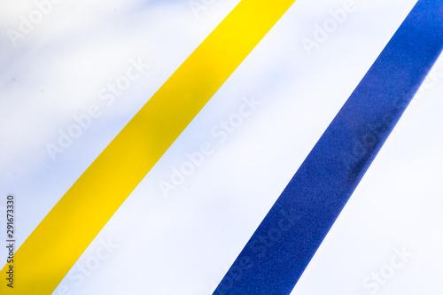 Valokuvatapetti bandes colorées sur carrosserie de voiture blanche