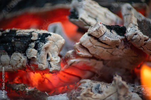 Photo Beautiful color of burning red coals and black charred wood