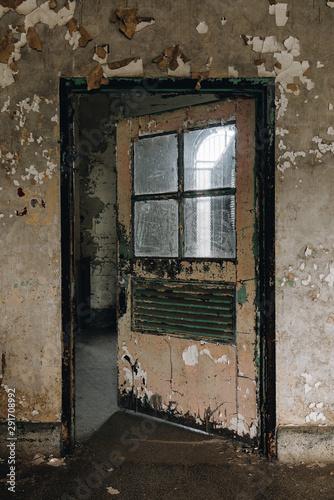 Papel de parede Derelict Open Door - Abandoned Ohio State Penitentiary Prison - Mansfield, Ohio