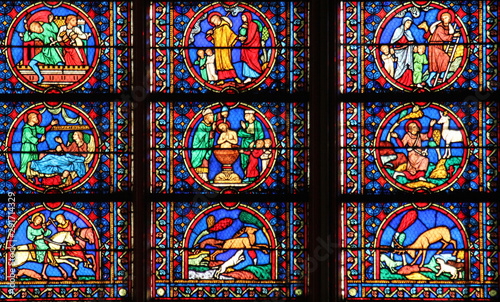 Fotomural  Colorful stained glass window in Cathedral Notre Dame de Paris