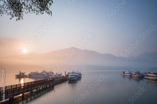 Foto  Beautiful tranquil landscape at Sun Moon lake in Nantao, Taiwan