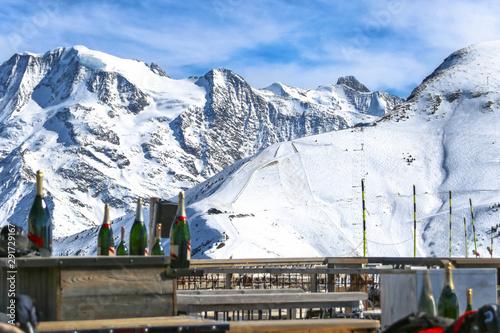Foto auf AluDibond Arktis After ski restaurant with alpine mountain view