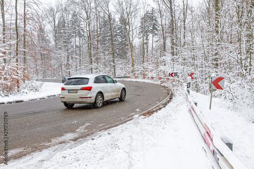 Foto auf Leinwand Lineale Wachstum Autofahren im Winter, Winterreifen - Reifenwechsel