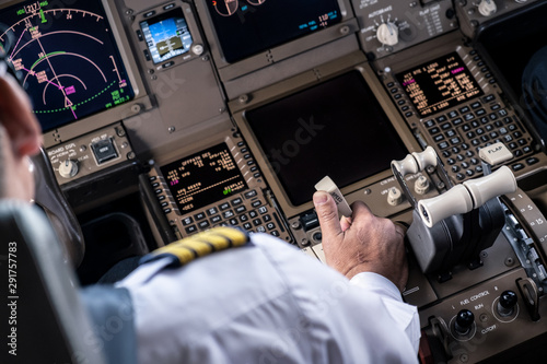 Photo Airliner captain controlling airplane in cockpit