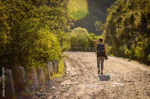 Mujer fotógrafa caminando por las sierras de córdoba