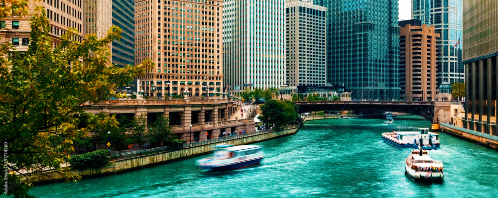 Fototapeta Chicago River with boats and traffic in Downtown Chicago