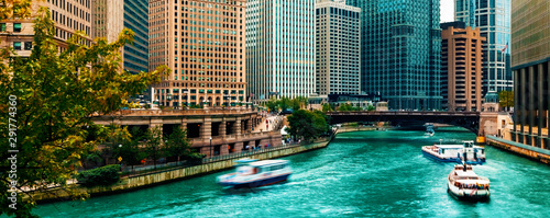 fototapeta na lodówkę Chicago River with boats and traffic in Downtown Chicago