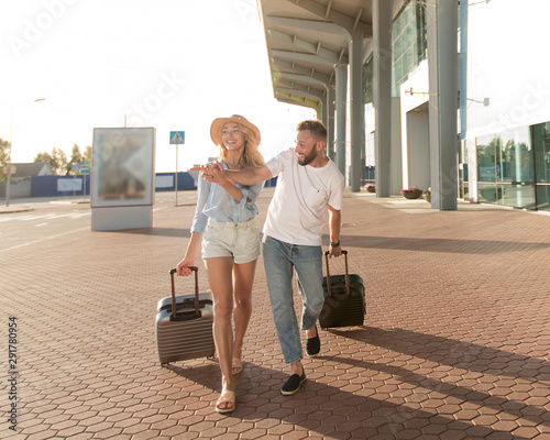 People travel. Couple near airport, going on trip Fototapete