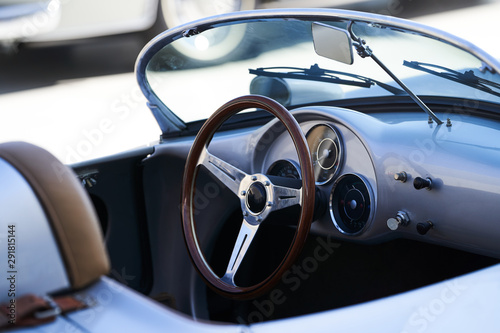 La pose en embrasure Vintage voitures Vintage retro car interior, close-up. Old automobile steering wheel