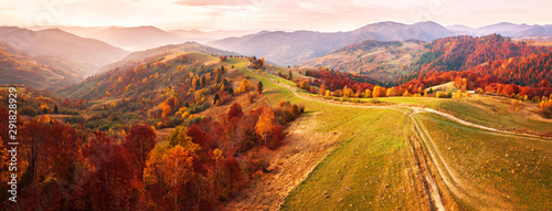 Fotografia Autumn mountain panorama. Dirt road on top of the hills.