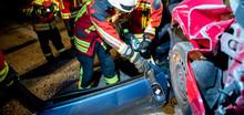 Feuerwehr Im Übungseinsatz, Zerlegen Eines Unfallautos Mit Hydraulischem Rettungsspreizer