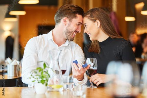 Glückliches Paar schaut sich tief in die Augen Canvas Print