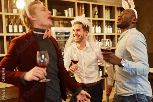 Pain Freunde feiern ausgelassen den Junggesellenabschied