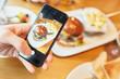 canvas print picture - Hamburger Teller wird mit Smartphone fotografiert